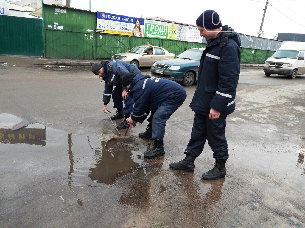 Біля Житнього ринку рятувальники перевіряли пожежні гідранти, фото-2