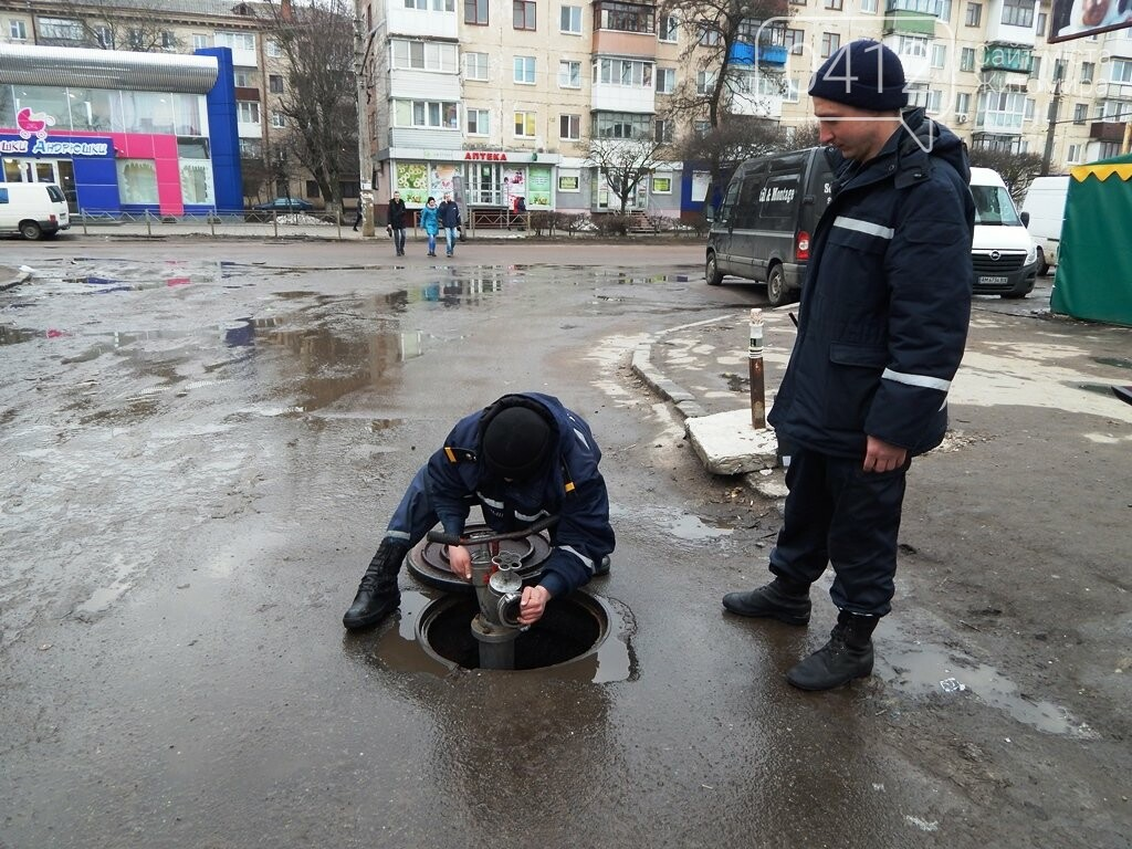 Біля Житнього ринку рятувальники перевіряли пожежні гідранти, фото-4