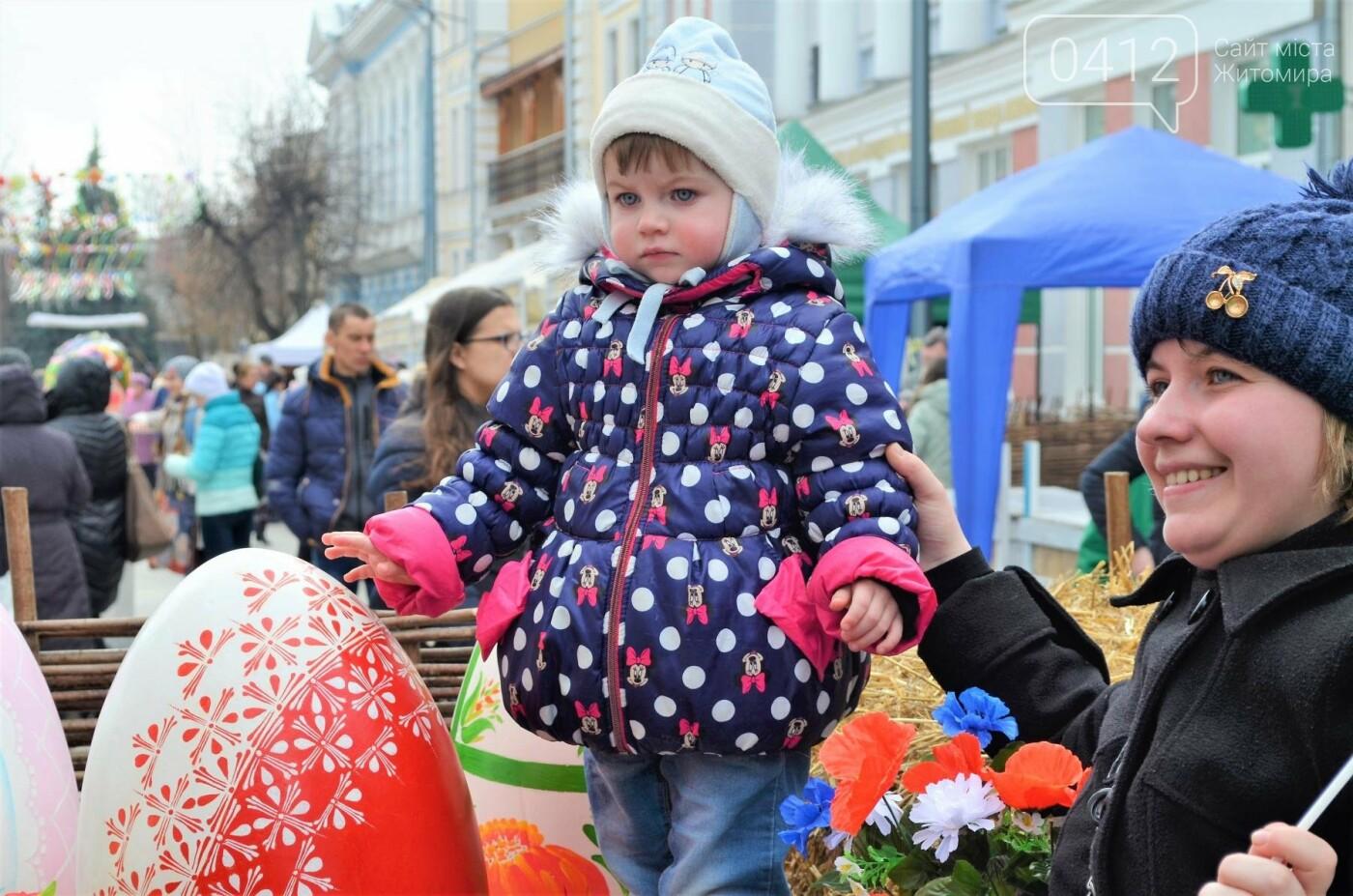 Ярмарок, фотолокації та розваги: у Житомирі розпочалися Великодні святкування, фото-7