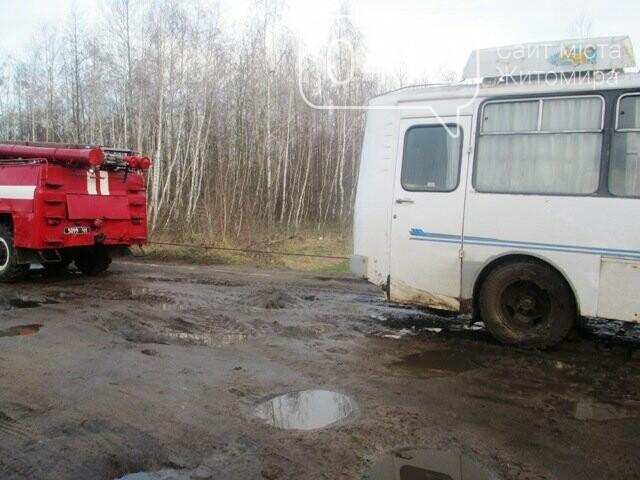 На Житомирщині рейсовий автобус з 35 пасажирами провалився в яму , фото-3
