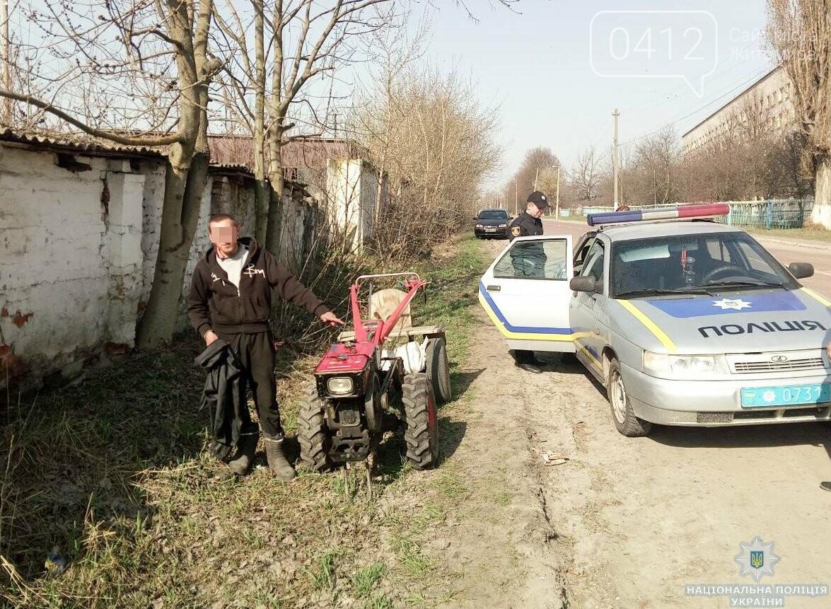 На Житомирщині підозрюваний в угоні «дев'ятки» попався у руки поліції верхи на викраденому мотоблоці, фото-3