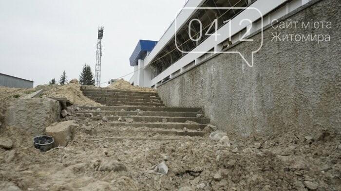 На стадіоні «Полісся» працюють над тренерською та тенісними кортами, фото-9