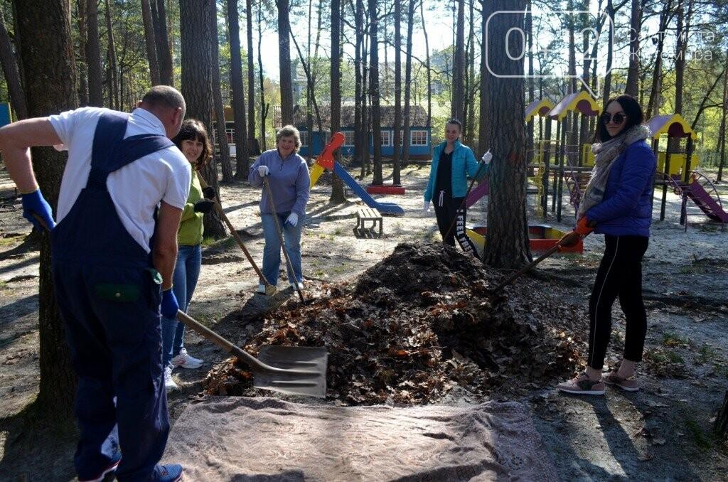 Житомирський виконком прибирав територію дитячого табору «Супутник», фото-5