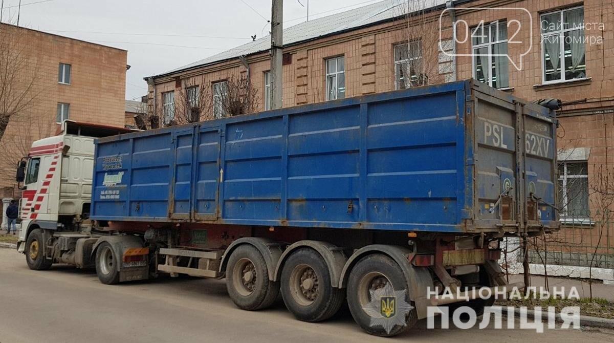 В одному з сіл Житомирщини затримали львівський сміттєвоз, фото-1