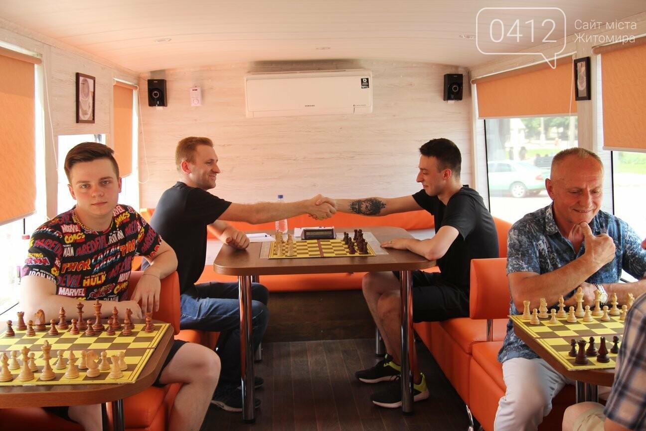 У Житомирі відбувся шаховий бліц-турнір в кава-бусі, фото-1