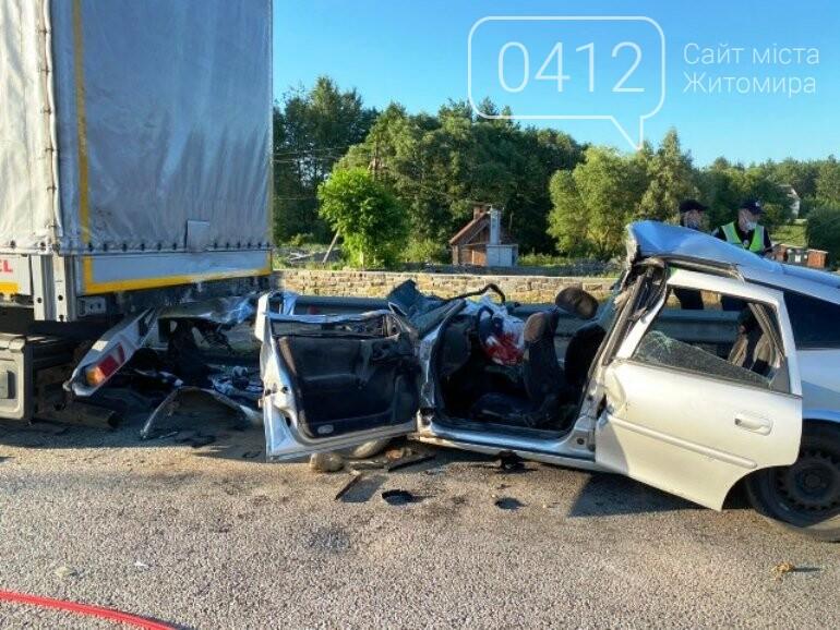 На Житомирщині рятувальники деблокували з автівки травмовану жінку та двох загиблих громадян, фото-1