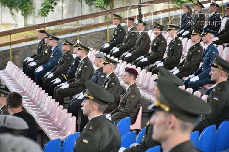 170 випускників Житомирського військового інституту отримали звання лейтенантів, фото-7