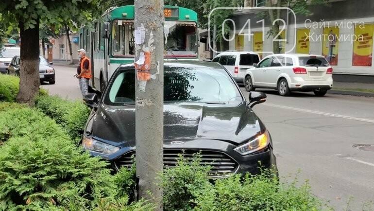У Житомирі зіткнулися тролейбус та легковик: в автівки відірвалося колесо, фото-1