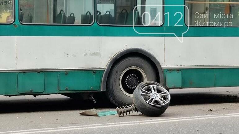 У Житомирі зіткнулися тролейбус та легковик: в автівки відірвалося колесо, фото-3