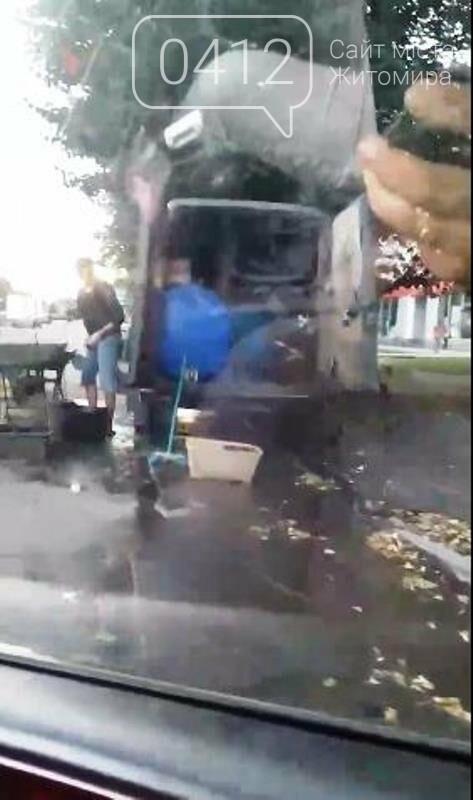 В мережі з'явилося відео, як в Житомирі прямо на узбіччя виливають нечистоти, що течуть перехожим під ноги, фото-1