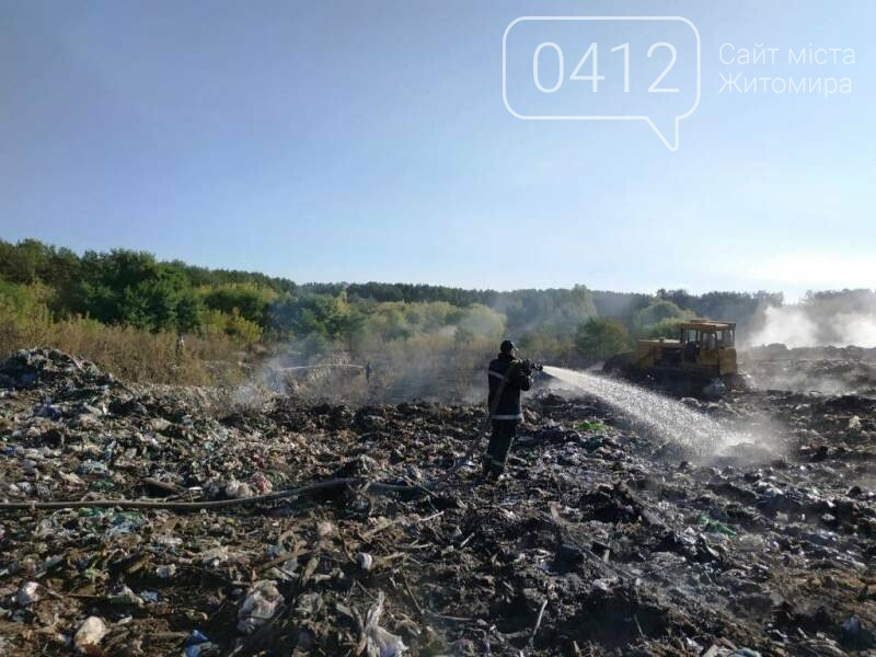 Вогонь будь-яку мить міг перекинутися на ліс: В Овручі загорілося сміттєзвалище площею 400 кв.м., фото-1