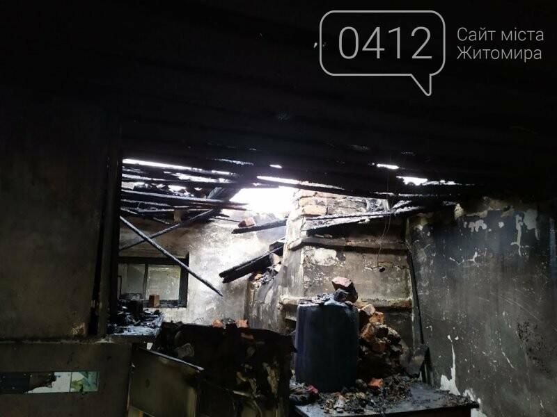 У селищі Ємільчине під час гасіння бані рятувальники запобігли масштабній пожежі, фото-1
