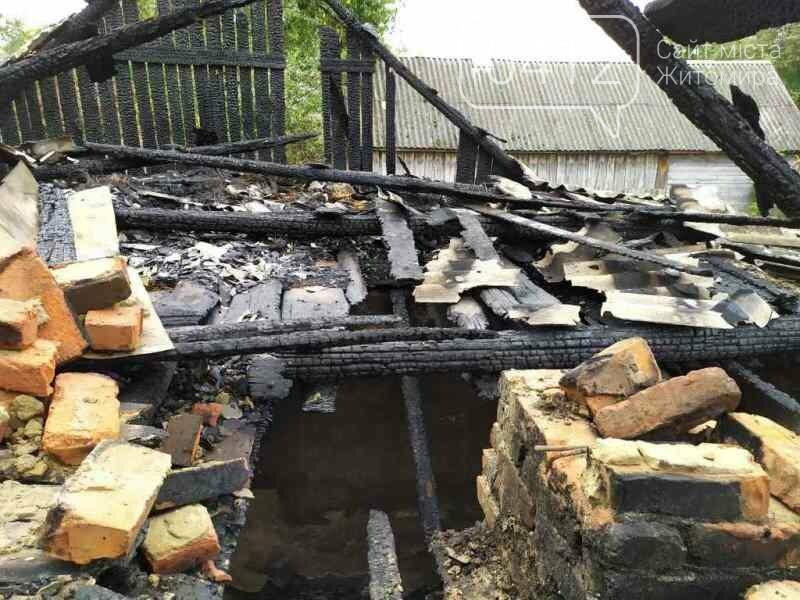 У селищі Ємільчине під час гасіння бані рятувальники запобігли масштабній пожежі, фото-2