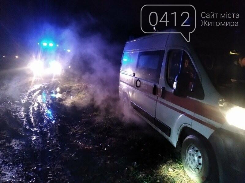 На Житомирщині рятувальники відбуксирували з польової дороги автомобіль швидкої допомоги, фото-2
