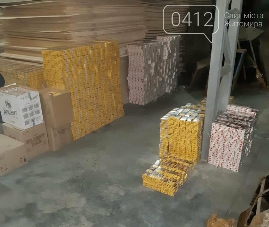 На кордоні з Білоруссю у днищах вантажівок виявили дві партії контрабандних сигарет, фото-9