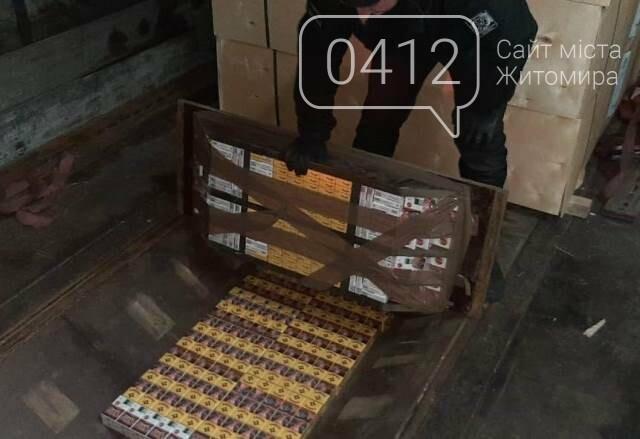 На кордоні з Білоруссю у днищах вантажівок виявили дві партії контрабандних сигарет, фото-10