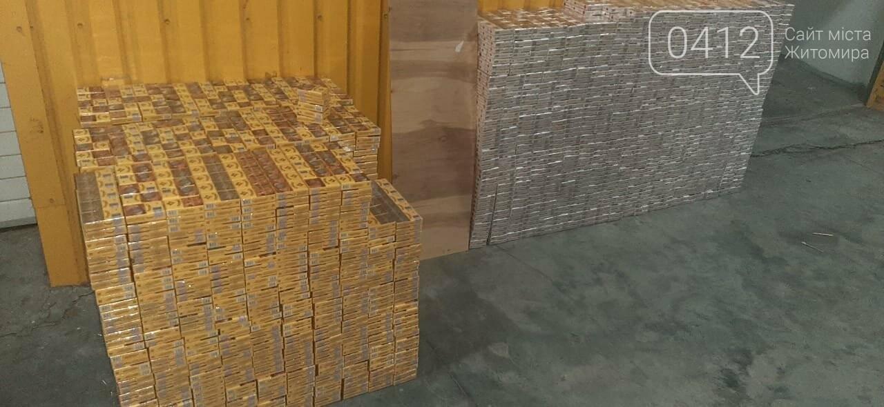 На кордоні з Білоруссю у днищах вантажівок виявили дві партії контрабандних сигарет, фото-6