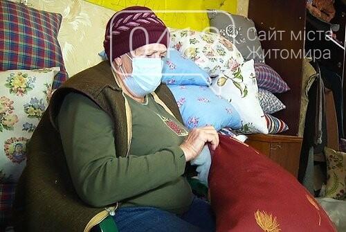 У Житомирі волонтери «Бабусиного батальйону» передали пацієнтам з COVID-19 пошиті власноруч подушки, фото-1