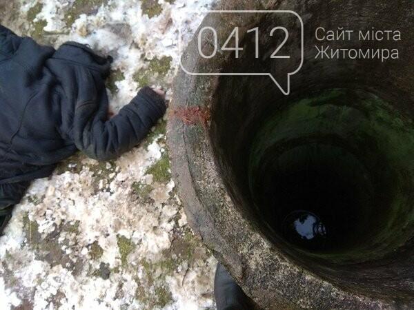 На Житомирщині рятувальники дістали тіло чоловіка, який впав у криницю, фото-1