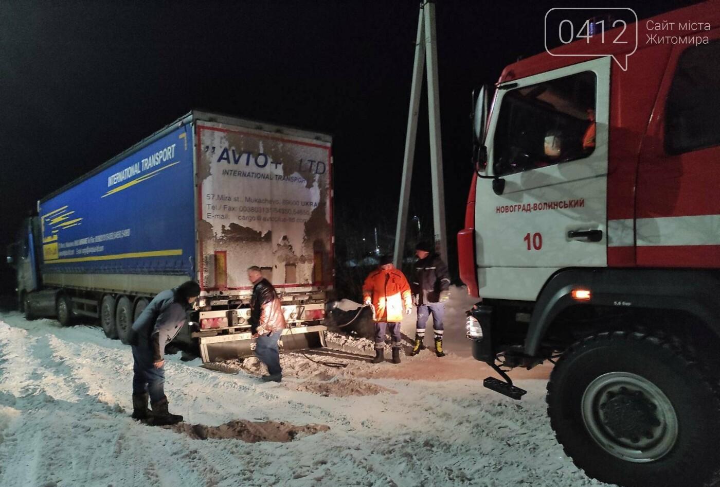 На Житомирщині рятувальники вивільнили із снігового полону вантажівку, що перекрила рух транспорту, фото-1