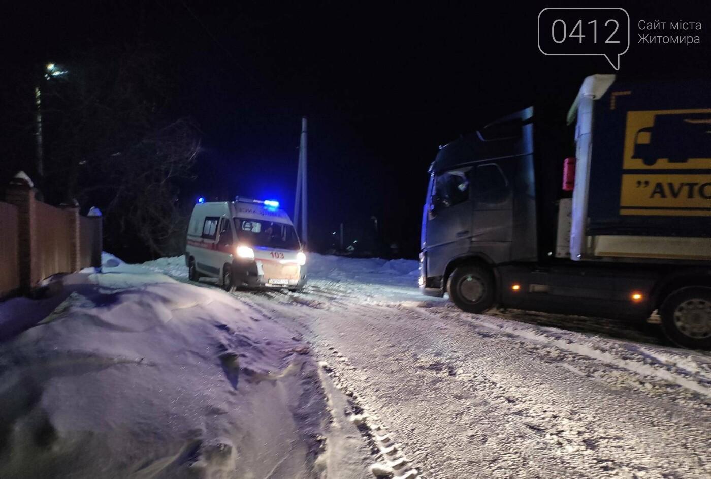 На Житомирщині рятувальники вивільнили із снігового полону вантажівку, що перекрила рух транспорту, фото-3