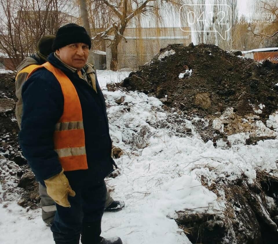У Житомирі на одній з вулиць комунальники ліквідовують наслідки аварії на каналізаційному колекторі. ФОТО, фото-5