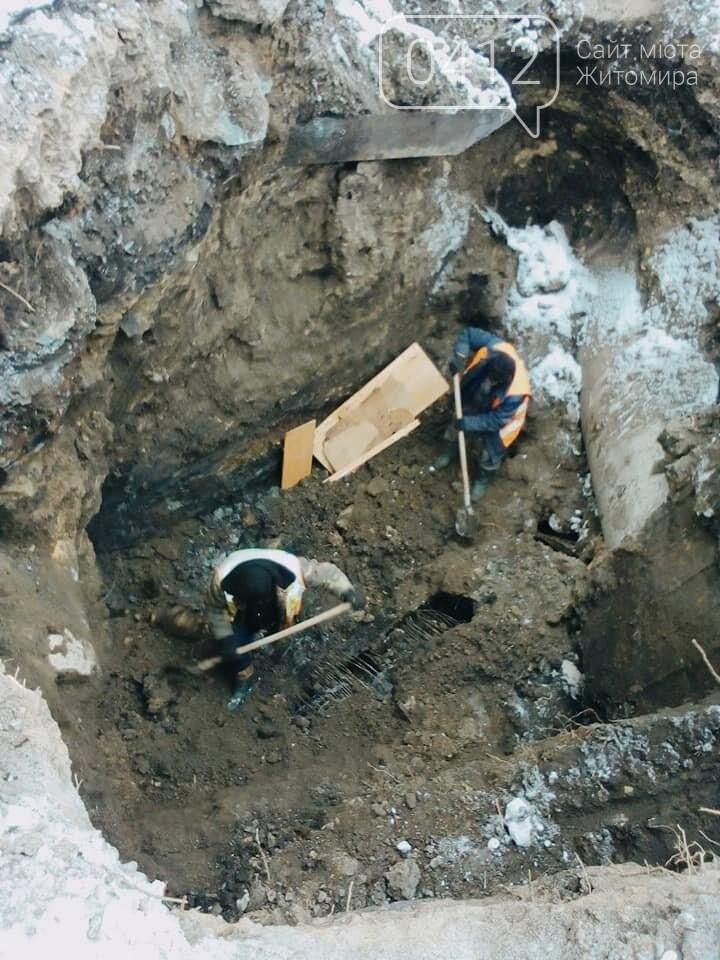 У Житомирі на одній з вулиць комунальники ліквідовують наслідки аварії на каналізаційному колекторі. ФОТО, фото-2