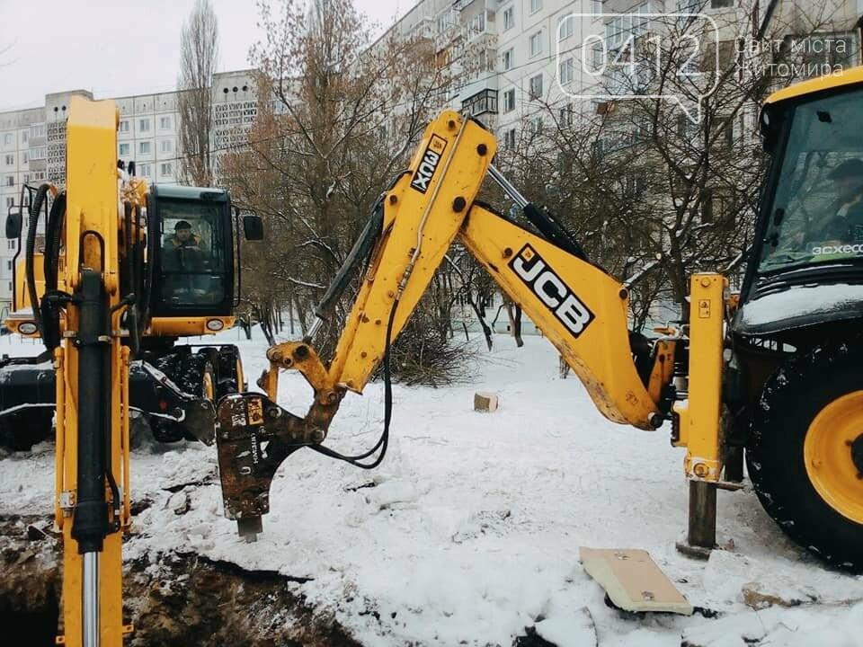 У Житомирі на одній з вулиць комунальники ліквідовують наслідки аварії на каналізаційному колекторі. ФОТО, фото-3