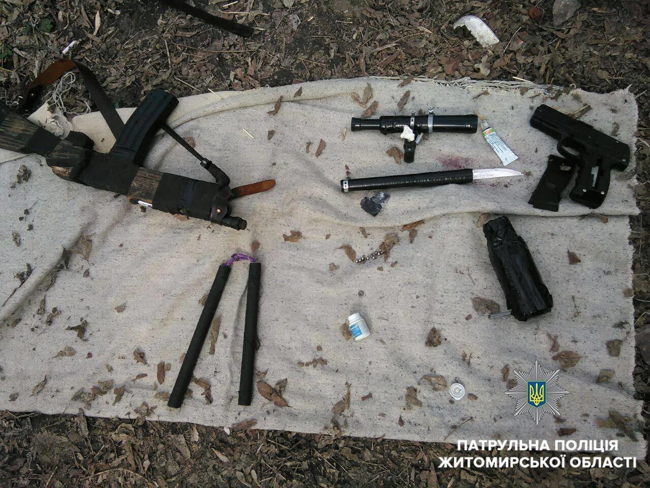 Чоловіків із саморобною зброєю зупинили патрульні у центрі Житомира, фото-2