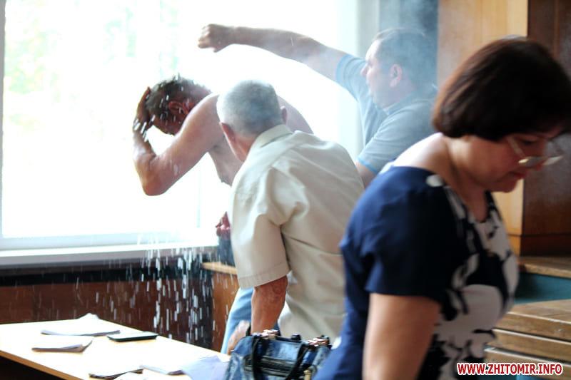У Бердичеві під час сесії міської ради чоловік намагався скоїти акт самопідпалення, фото-1