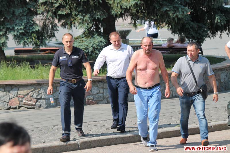 У Бердичеві під час сесії міської ради чоловік намагався скоїти акт самопідпалення, фото-3