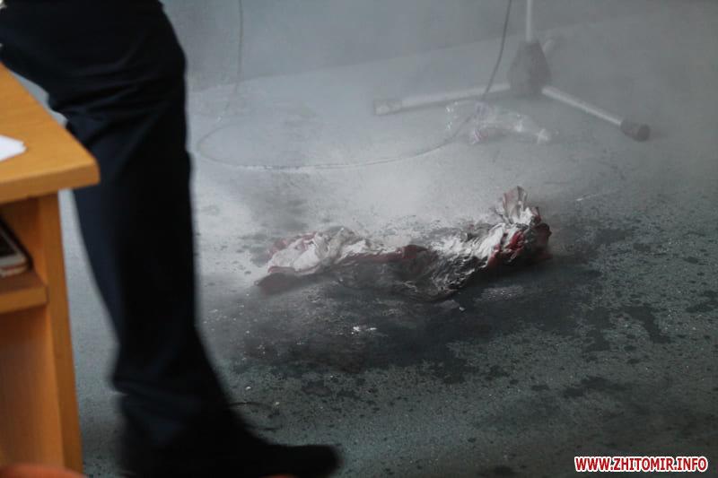 У Бердичеві під час сесії міської ради чоловік намагався скоїти акт самопідпалення, фото-2