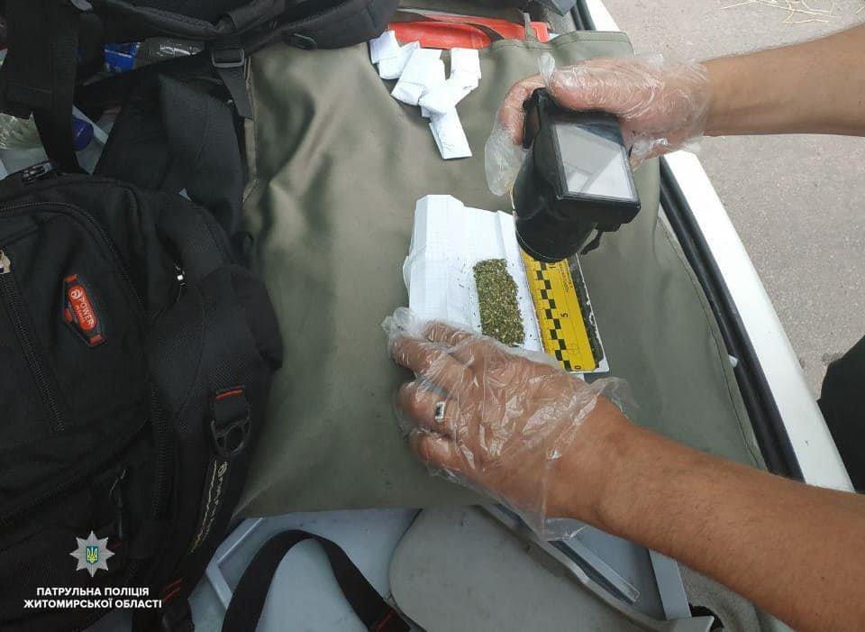 Патрульні поліцейькі в Житомирі затримали чоловіка з наркотиками, фото-3