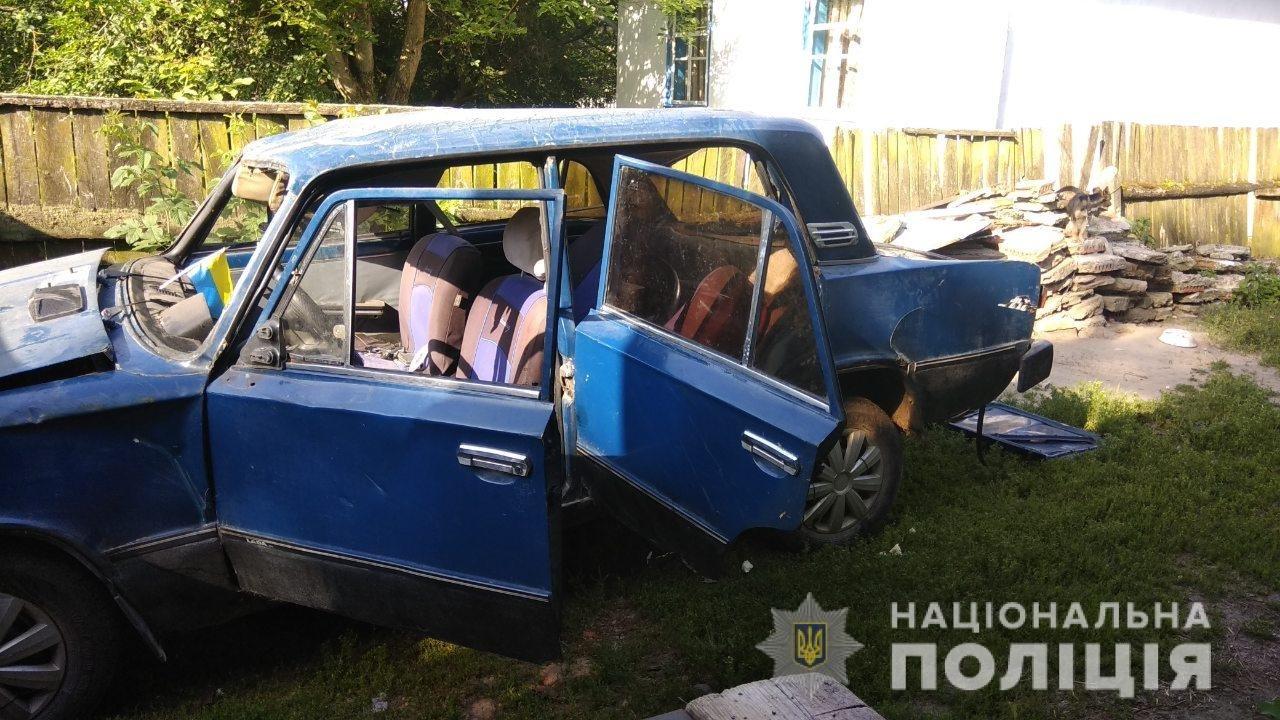 Нетверезі чоловіки на Житомирщині розтрощили новокуплену автівку, фото-3