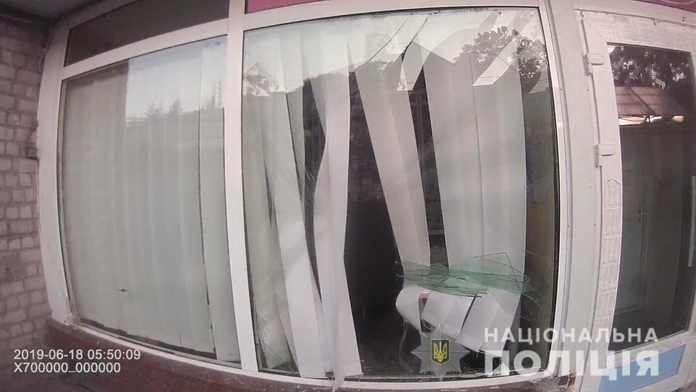 Поліцейські Житомира затримали молодиків за розбите вікно у магазині, фото-1