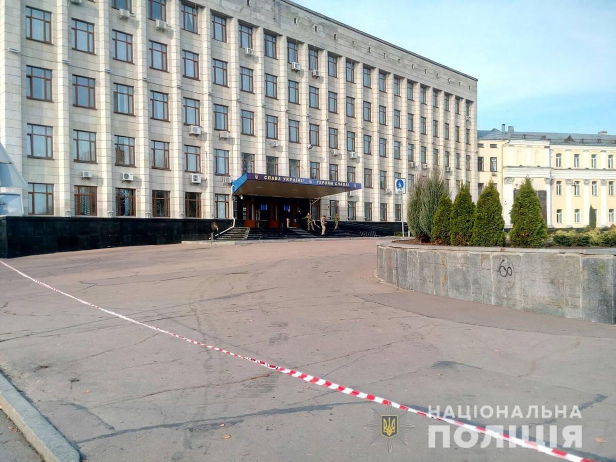 Екстренні служби Житомира шукають вибухівку біля приміщення ОДА. Оновлено, фото-1