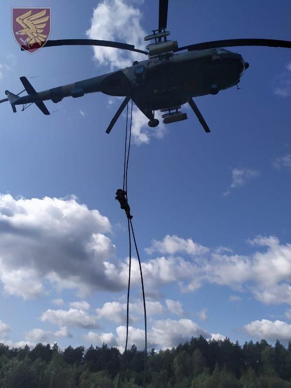 Десантники 95-ої бригади відпрацювали злагоджені дії висадки із вертольоту Мі-8. ФОТО, фото-8