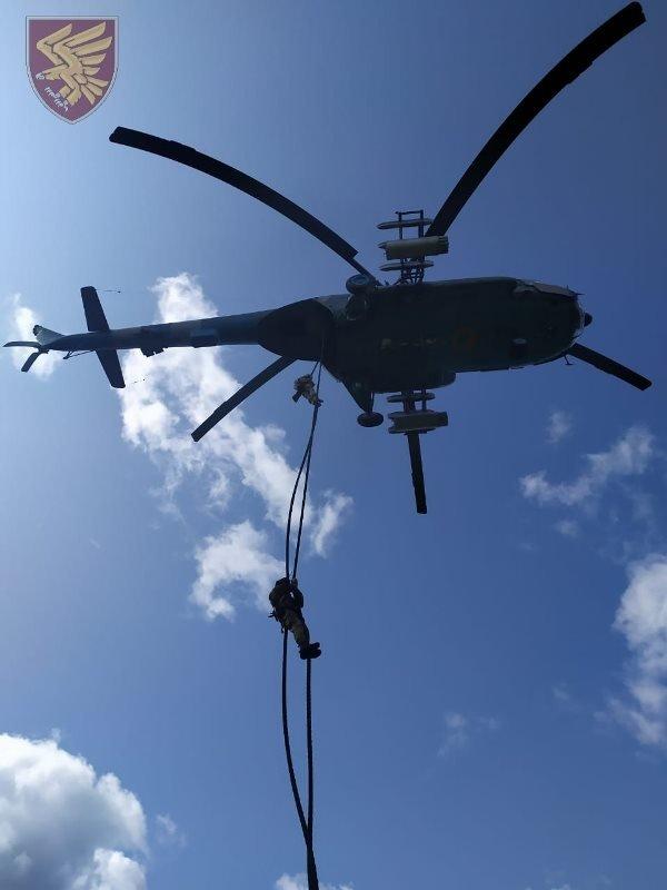 Десантники 95-ої бригади відпрацювали злагоджені дії висадки із вертольоту Мі-8. ФОТО, фото-10