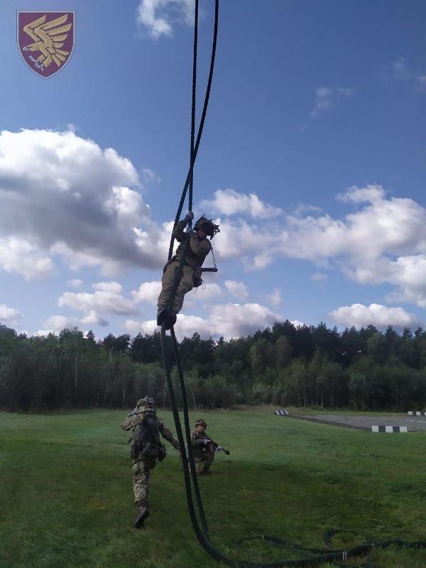 Десантники 95-ої бригади відпрацювали злагоджені дії висадки із вертольоту Мі-8. ФОТО, фото-1
