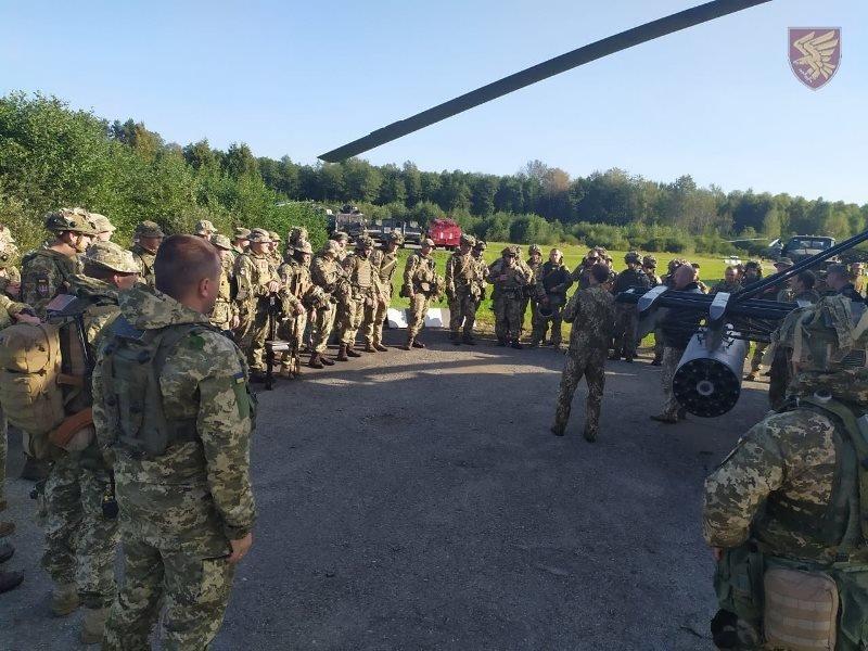 Десантники 95-ої бригади відпрацювали злагоджені дії висадки із вертольоту Мі-8. ФОТО, фото-4