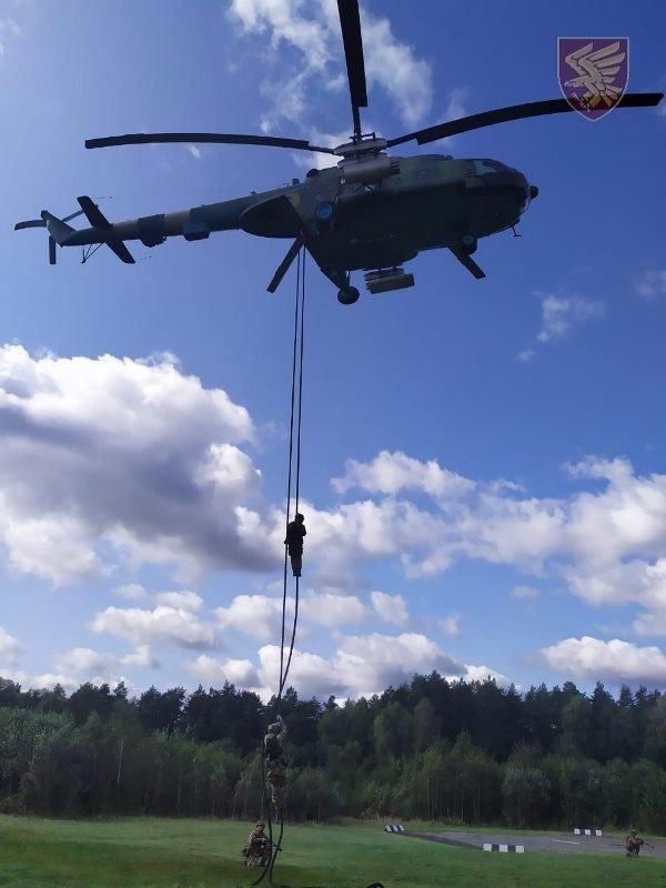 Десантники 95-ої бригади відпрацювали злагоджені дії висадки із вертольоту Мі-8. ФОТО, фото-5