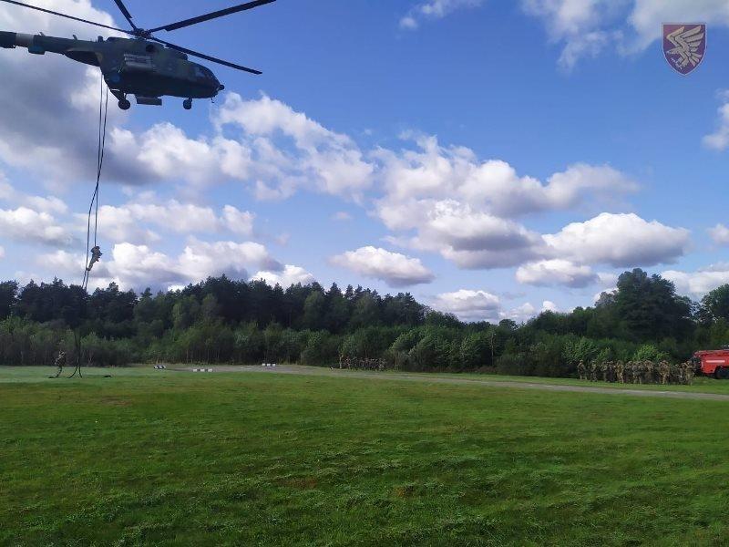 Десантники 95-ої бригади відпрацювали злагоджені дії висадки із вертольоту Мі-8. ФОТО, фото-7