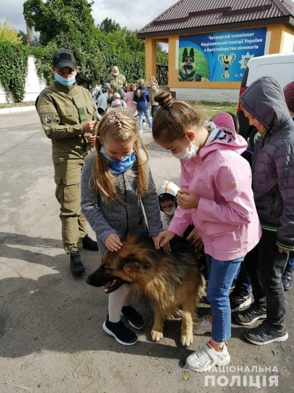 До житомирських поліцейських кінологів в гості завітали школярі, фото-4
