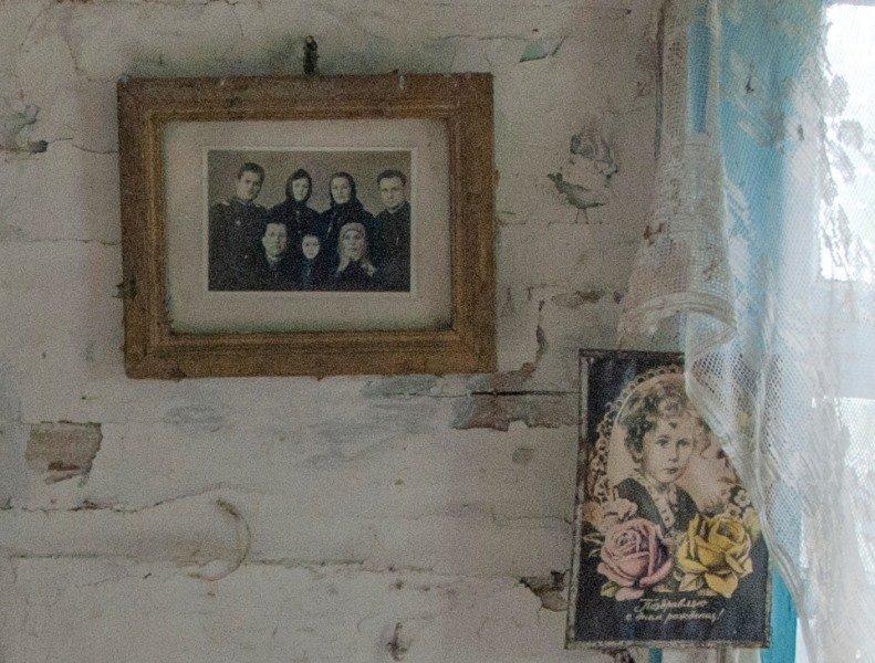 Зазирнути всередину закинутої хати: атмосферні світлини дослідника, зроблені в селі на Житомирщині, фото-1
