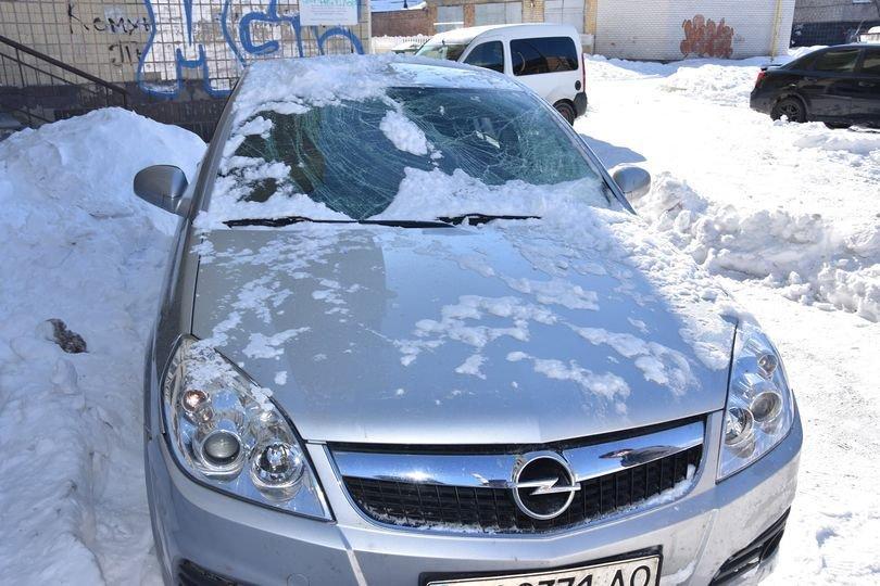 На Житомирщині сніг розбив скло та погнув дах машини, припаркованої поблизу одного з ОСББ, фото-1